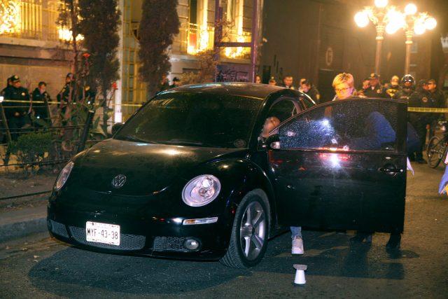 ef64732808a3e La noche de este martes un hombre de aproximadamente 35 años, fue ejecutado  a bordo de un auto Beatle de color negro.