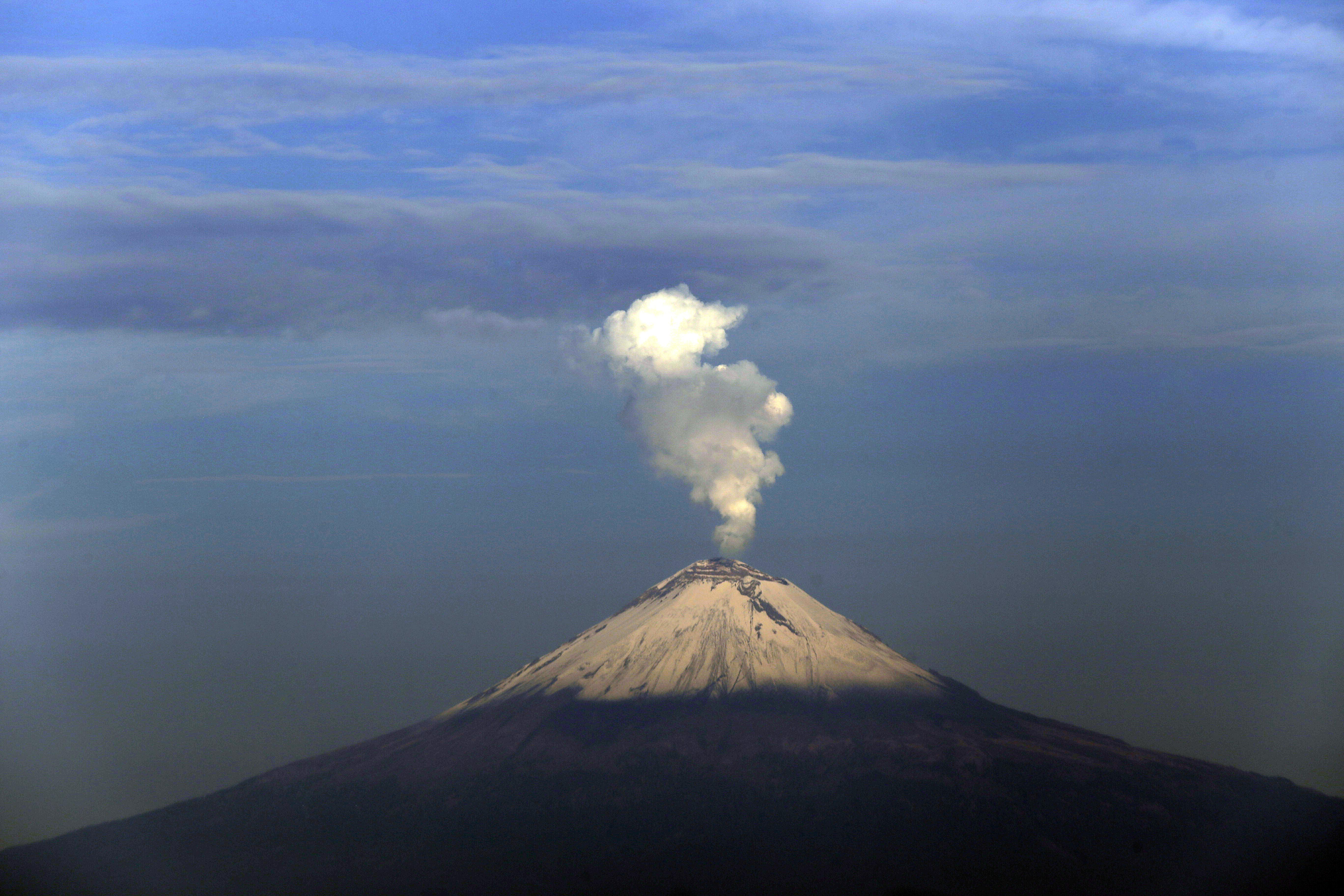 Popocatépetl en actividad; registra 30 exhalaciones y 2 ...