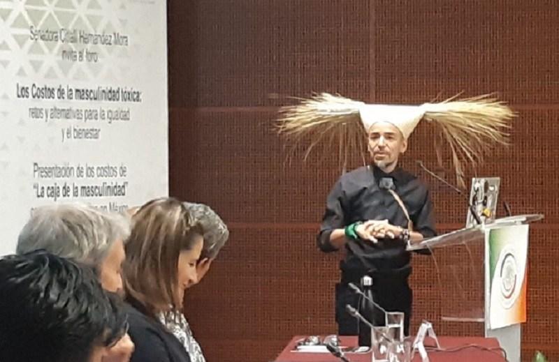 Polémico saludo de Rubén Albarrán en el Senado ofende a legisladores
