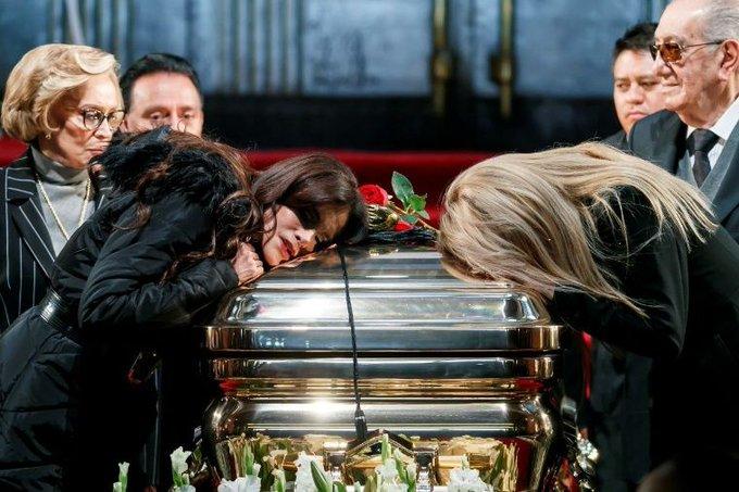 Lucía Méndez llega a homenaje a #JoséJosé y su rostro conmociona