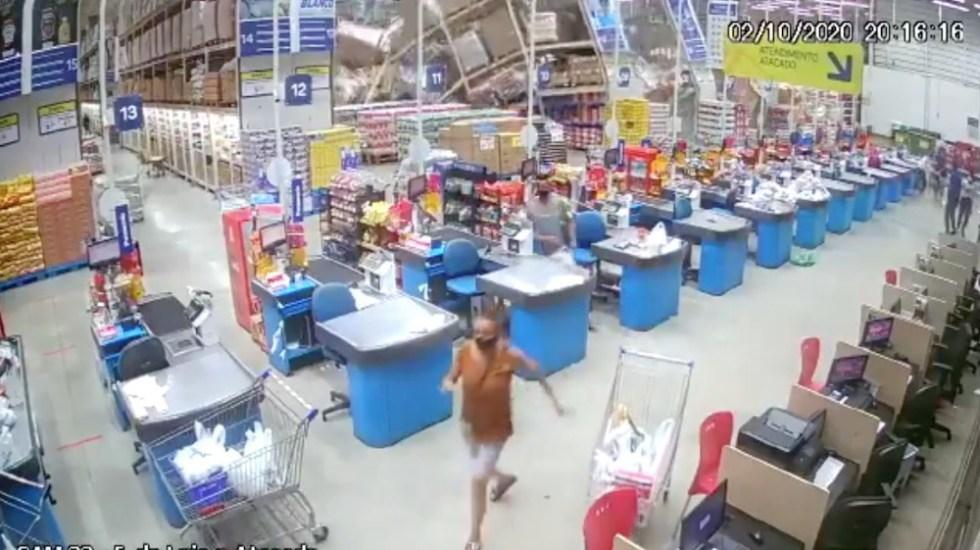 Estanterías de supermercado caen como dominó: una muerta y 8 heridos