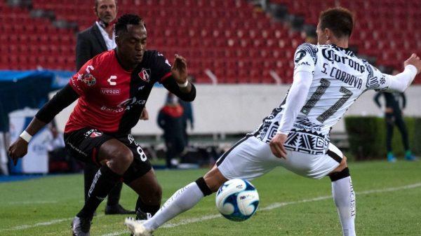 Renato Ibarra (Atlas) desborda a Sebastián Córdova (América), en partido disputado en el Estadio Jalisco.