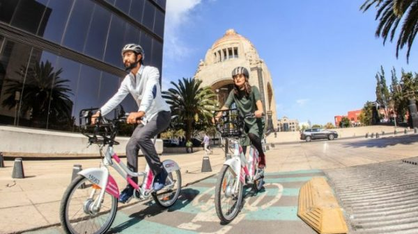Bicicleta en Monumento a la Revolución.