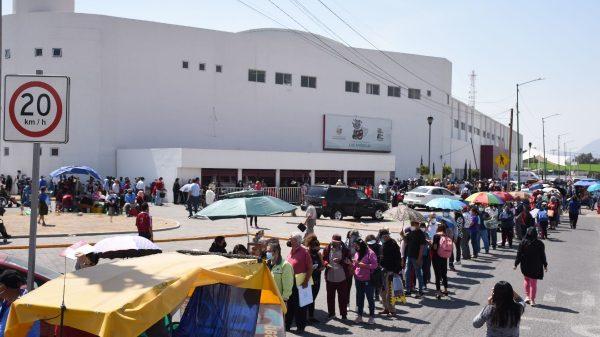Tumultos en los puestos de vacunación en Ecatepec.