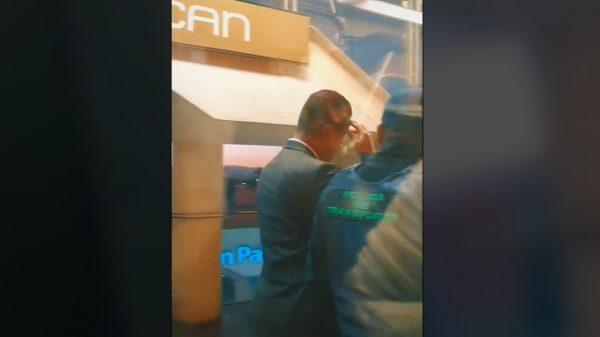 Pasajeras reclaman a chofer por tener sexo en la cabina.