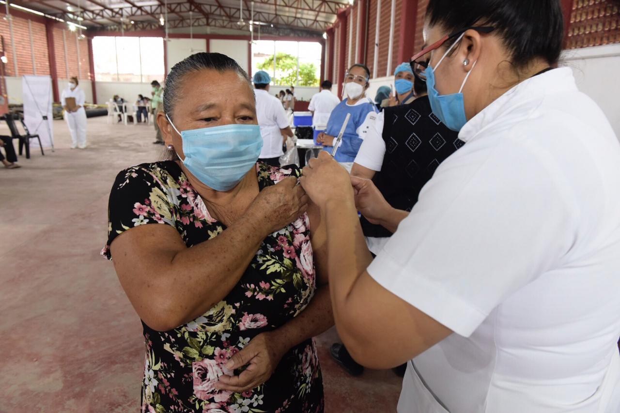 Adultos mayores no han registrado reacciones adversas tras vacunarse contra COVID-19