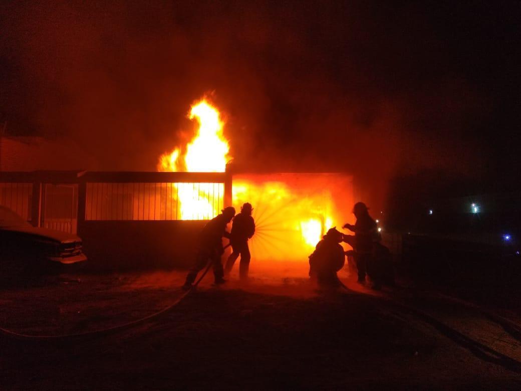 Flamazo en ducto de Pemex quema una casa
