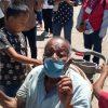 Niño lleva a vacunar a su abuelito en carriola