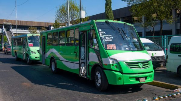 Transportistas amagan, alza a la tarifa o paro.