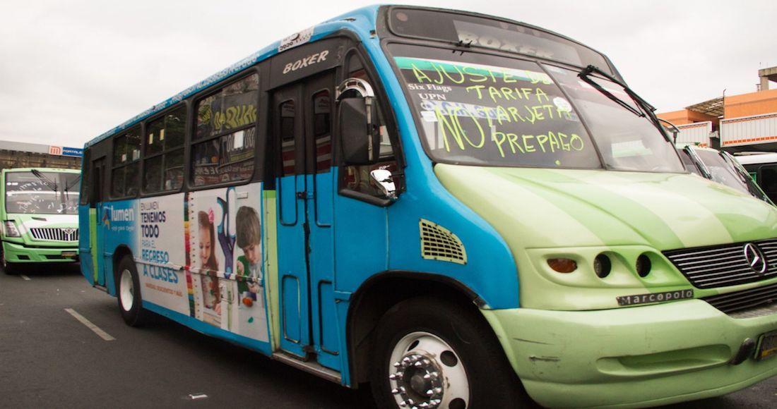 Transportistas paralizan la CDMX y exigen aumento de 2 pesos.