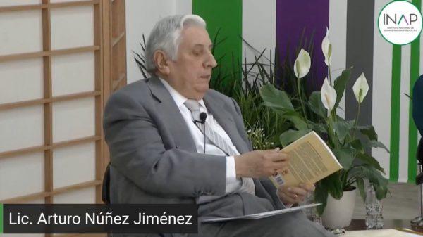 Arturo Núñez reaparece en presentación de un libro en el INAP