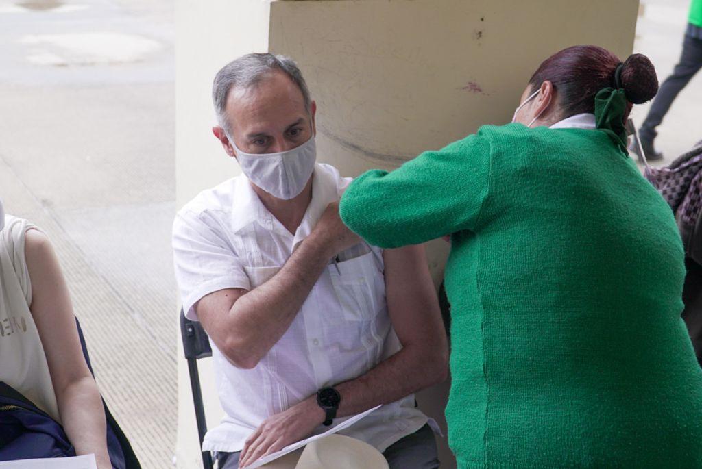 Recibe López-Gatell vacuna contra Covid-19