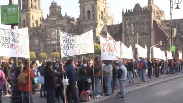 Productores de flores de Tláhuac se manifiestan en el Zócalo