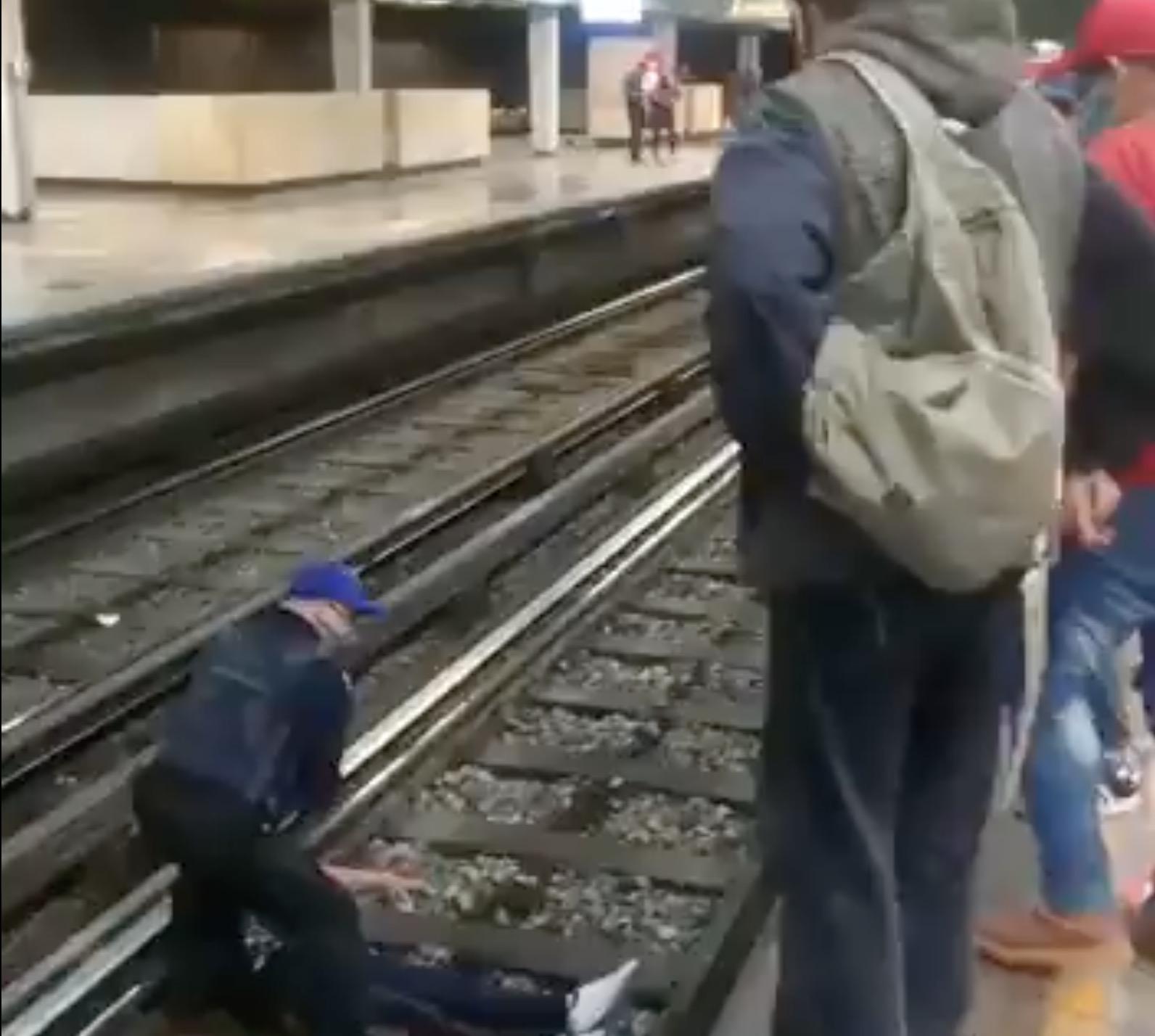 Rescatan a hombre que cae a las vías del metro
