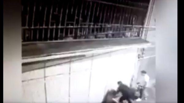 Golpea salvajemente a mujer en Toluca