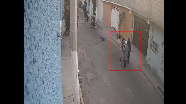 En segundos, motociclistas asaltan a peatón en Chimalhuacán