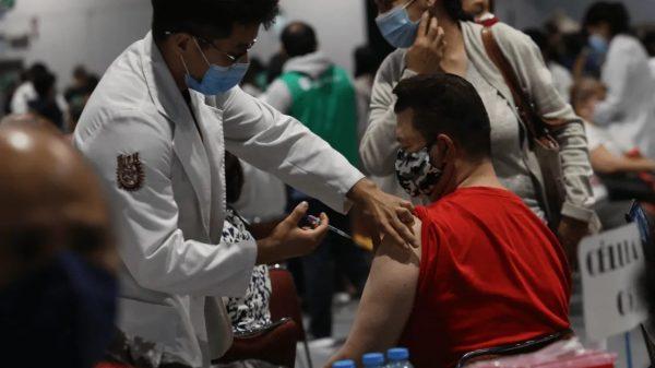 Inicia vacunación a adultos 40-49