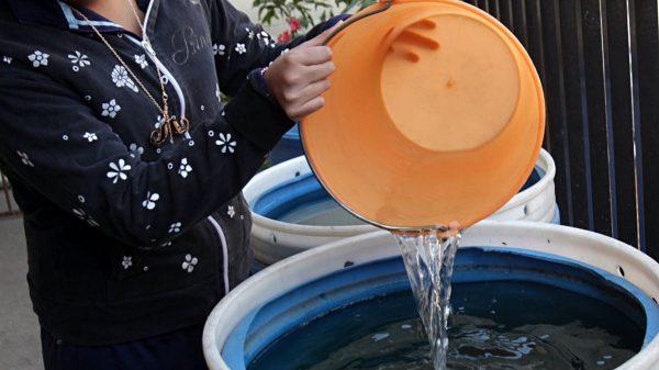 Reclaman agua los vecinos de Prado Churubusco