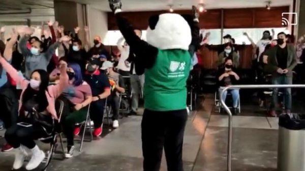 Jóvenes bailan y cantan canciones de RBD en la vacunación contra Covid19