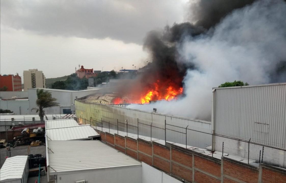 Fábrica de muebles de Tlalnepantla sufre voraz incendio