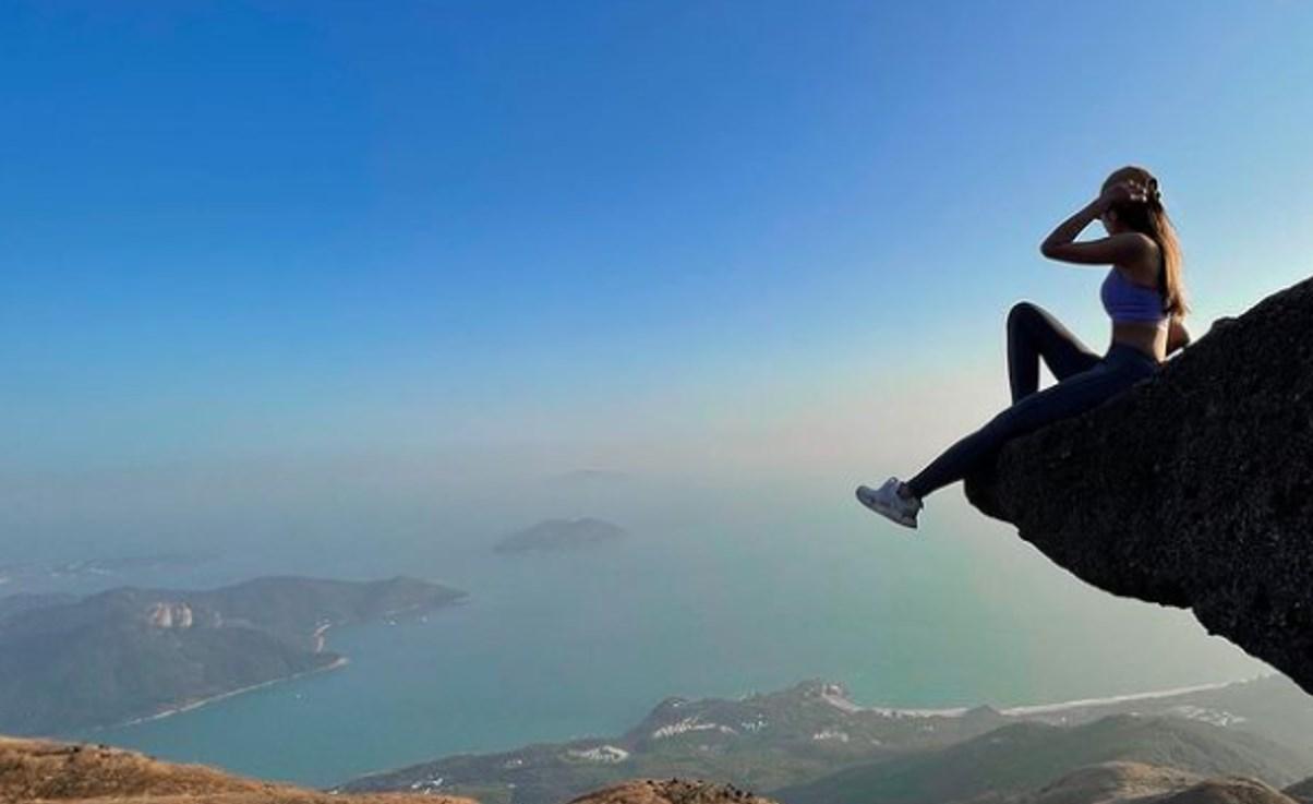 Muere influencer al caer de un acantilado; trataba de tomarse una selfie