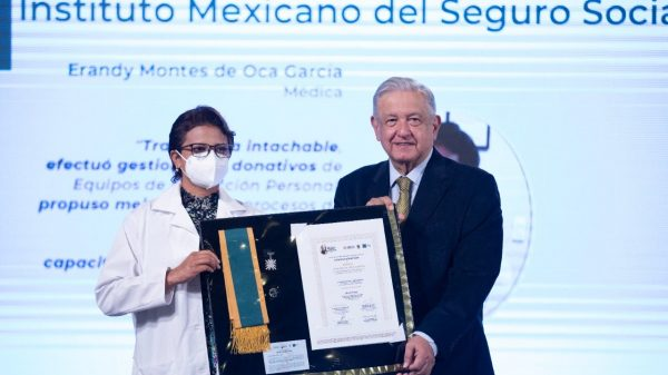 AMLO entrega Condecoración Miguel Hidalgo a personal de salud