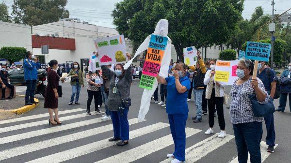 Personal médico bloquea calzada de Tlalpan