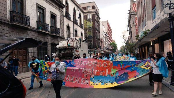 Marchan excluidos, de la SEP al edificio de Rectoría de la UNAM
