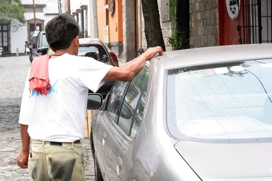 Franeleros amagan robar autopartes en Benito Juárez