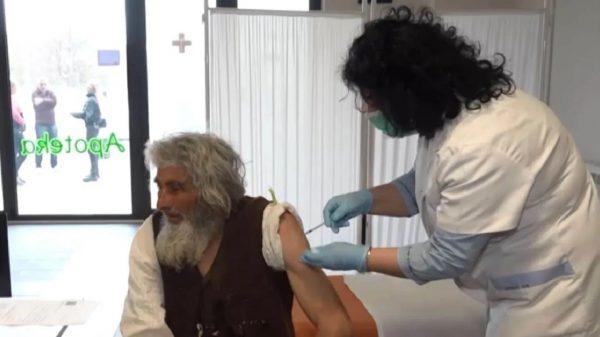 Hombre vivió 20 años en una cueva pero salió a vacunarse contra COVID-19