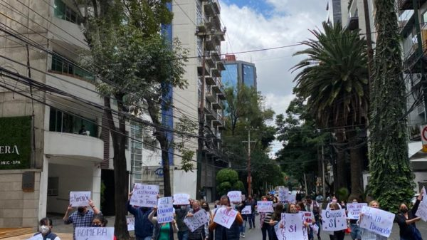 Docentes y padres de familia bloquean calles de MH